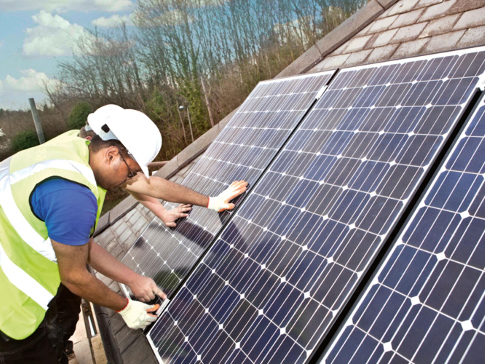 de installatie van zonnepanelen